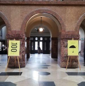 """Wystawa """"100 osób"""" w holu Collegium Maius"""