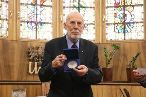 Prof. Hubert Orłowski z medalem Homini Vere Academico