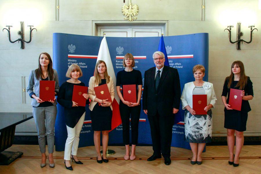 Zdjęcie - nagrodzeni w konkursie wraz z Ministrem Spraw Zagranicznych, fot. B. Marcinkowski/MSZ
