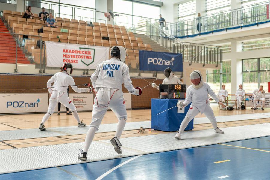 Szermierze walczący podczas Akademickich Mistrzostw Polski